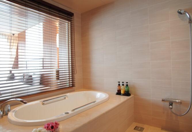 大理石仕様のバスルーム