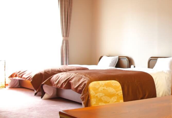 洋室にはセミダブルサイズのベッドを2台